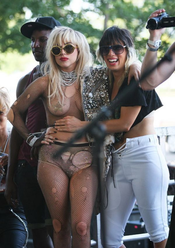 Lady Gaga решила прыгнуть в толпу (17 фото + видео)