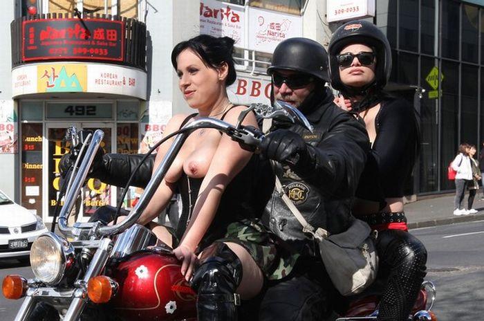Boobs on Bikes 2010 (15 фото) НЮ