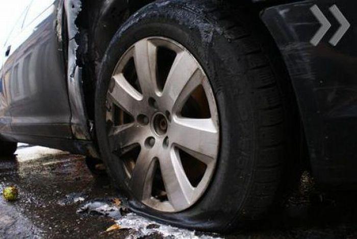 В автомобиль попала молния (3 фото)