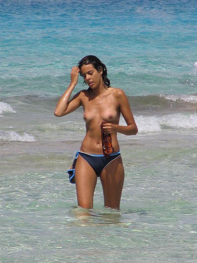 Девушки на пляже топлесс (50 фото)