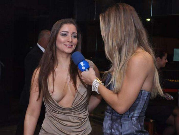 У девушки очень откровенное платье и во время интервью у неё выпала