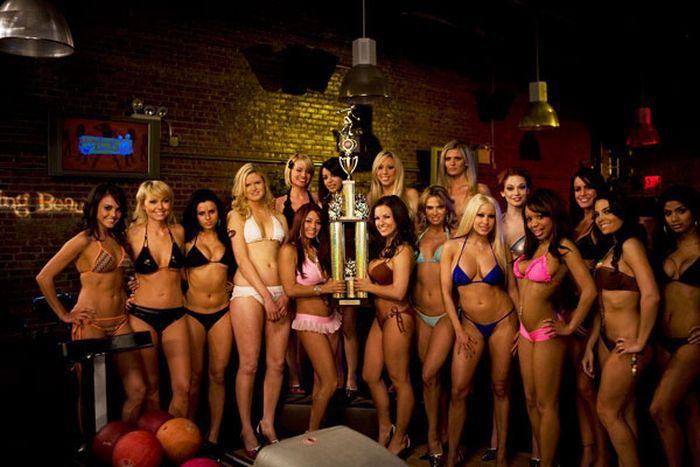 Чемпионат по боулингу в бикини (20 фото)