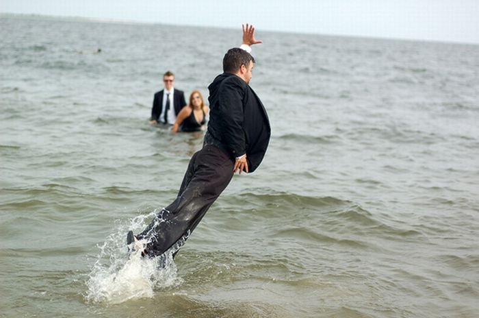Люди в черном на пляже (9 фото)