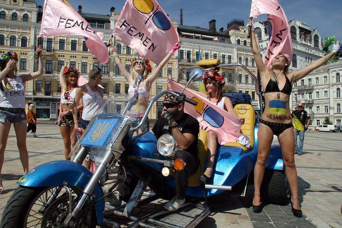 Сиськи на День Независимости (10 фото) НЮ