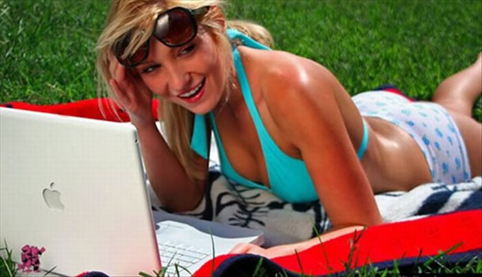 Девушки с ноутбуками Macbook (24 фото)