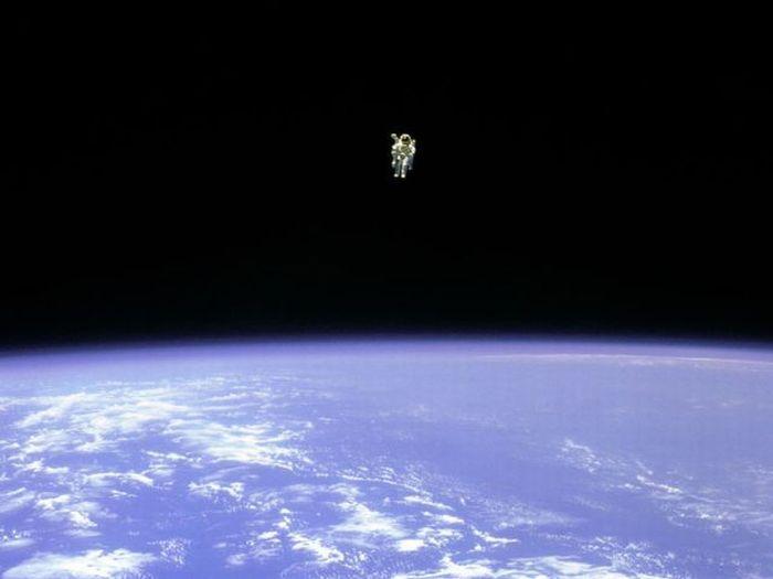 Первый выход в открытый космос без страховочного фала (7 фото)
