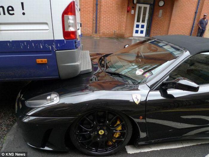 Ferrari за 215 тысяч долларов въехал в минивэн (2 фото)