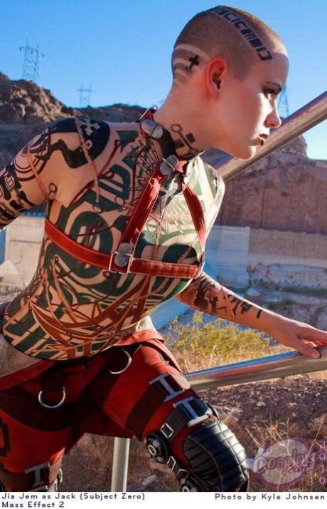 Девушка в костюме Джек из Mass Effect 2 (18 фото)