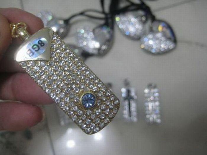 Красивые украшения с USB-флэшками (11 фото)