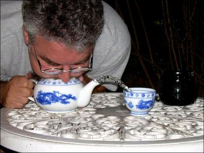 Выдувание воды из чайников (18 фото)