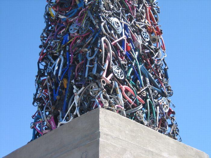 Монумент из велосипедов (6 фото)