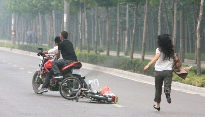 Удрать с места ДТП по-китайски (7 фото)
