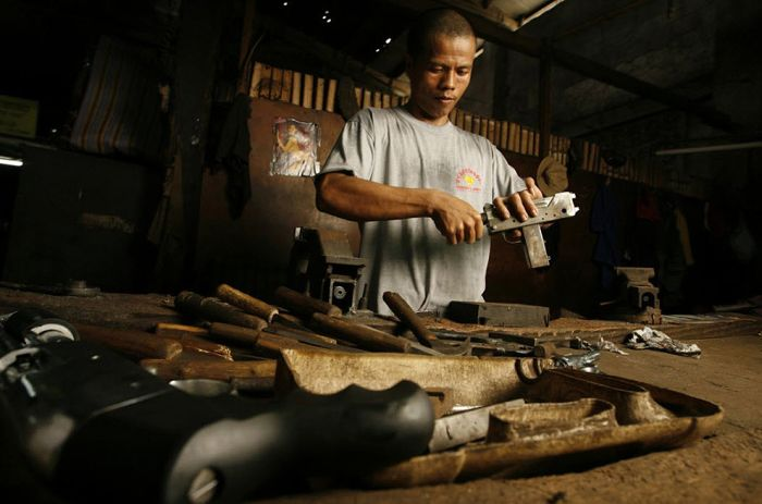 Подпольное производство оружия на Филиппинах (27 фото)