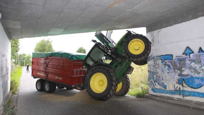 Тракторист ошибся (2 фото)