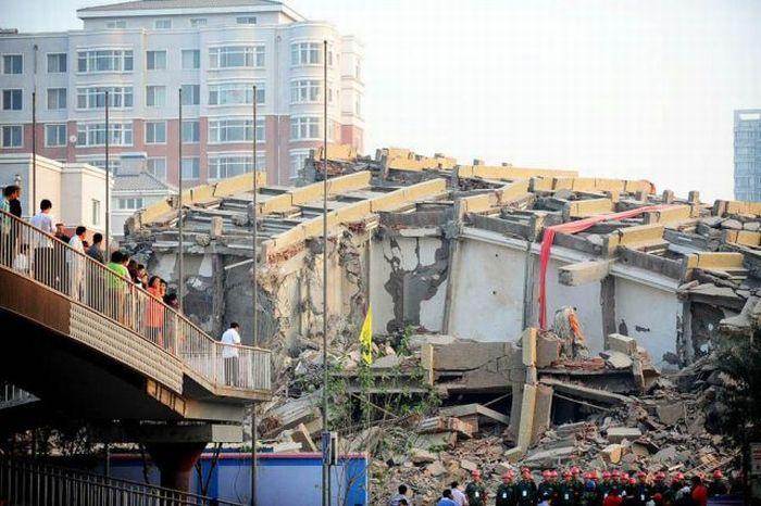 Демонтаж здания в Китае (7 фото)