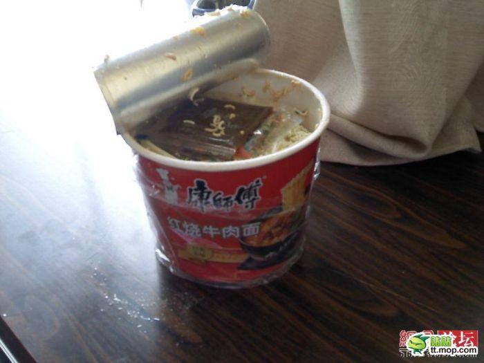 Что можно найти в китайской лапше (4 фото)