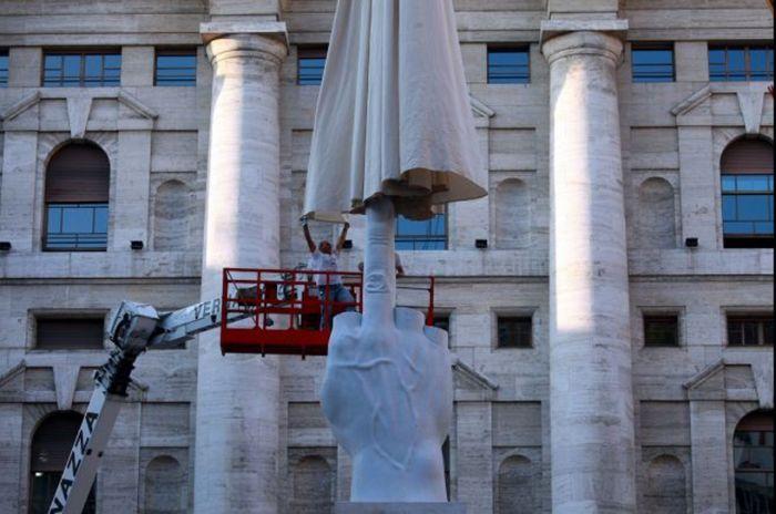 Памятник среднему пальцу в Милане (8 фото)
