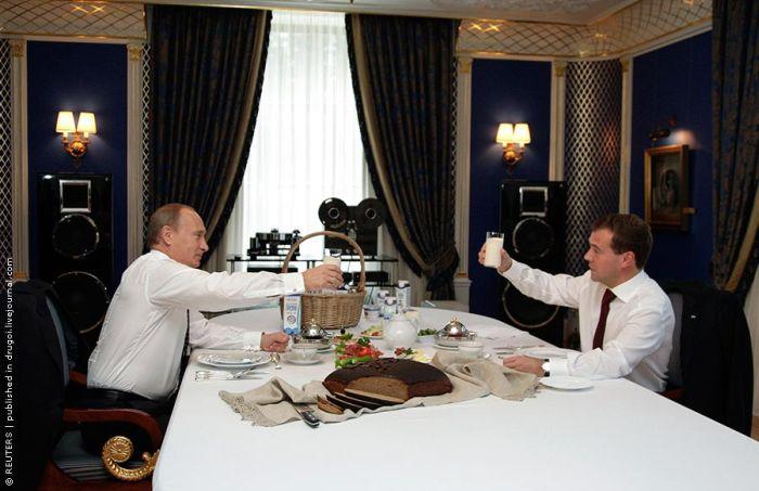 Путин и Медведев выпили молока и съели хлеб (3 фото)