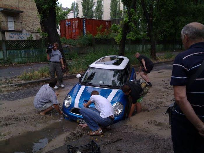 Mini - не лучший выбор для киевских дорог (3 фото)