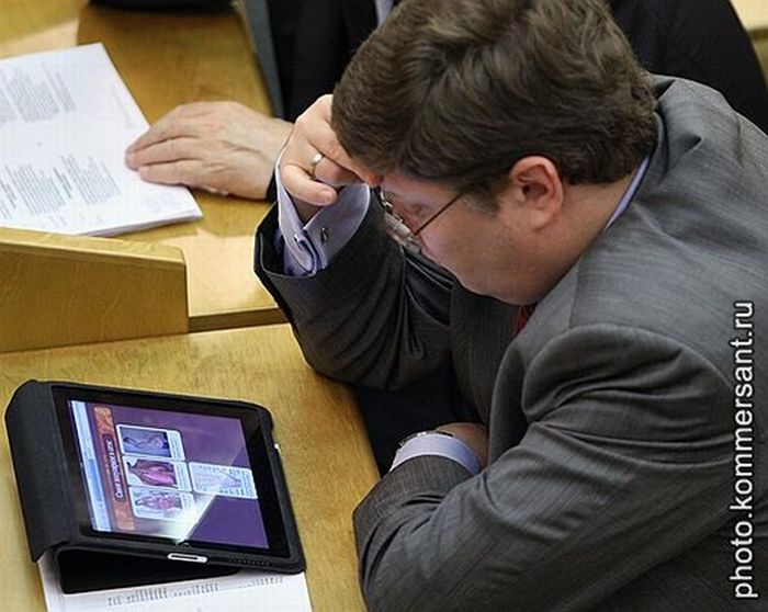 Зачем депутату iPad (2 фото)