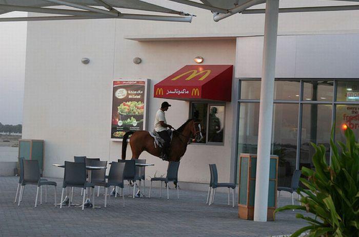 Люди в колясках и на лошадях в макдрайвах (18 фото)