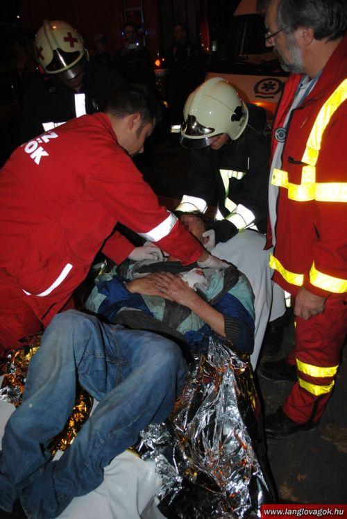 Пьяный мужчина застрял вниз головой (11 фото)