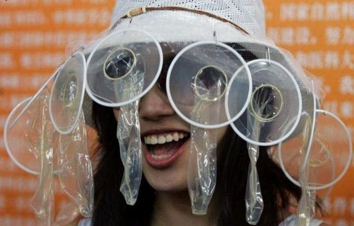 Использование презервативов не по назначению (24 фото)
