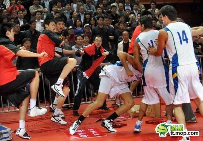 Массовая драка во время матча Китай - Бразилия (20 фото + видео)