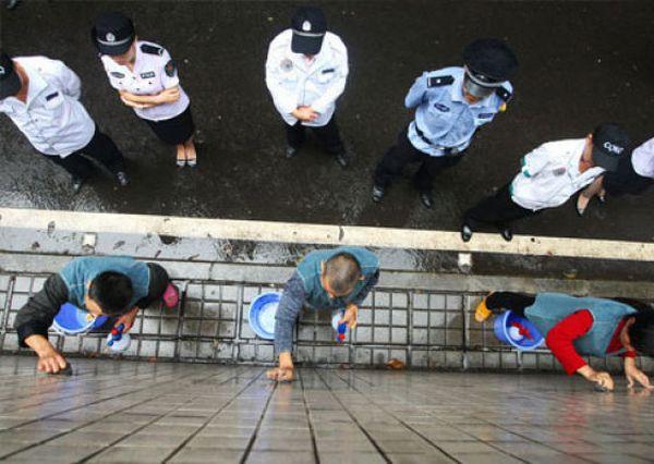 Наказание за незаконную рекламу в Китае (5 фото)