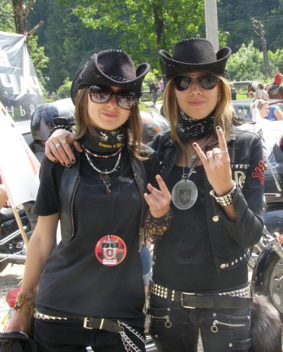 Девушки-байкерши (16 фото)