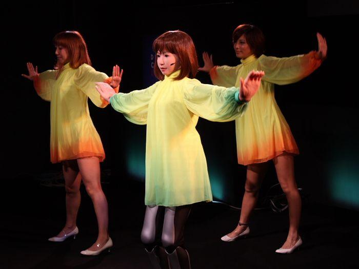 Танцующая девочка-робот (10 фото + видео)