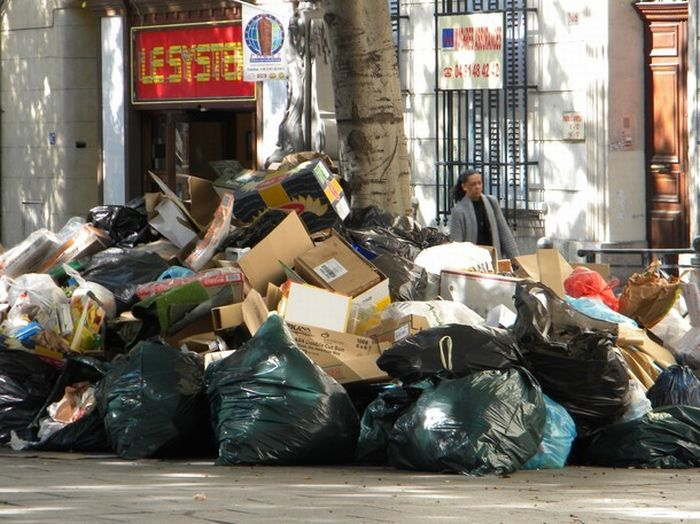 Марсель превратился в мусорную свалку (30 фото)
