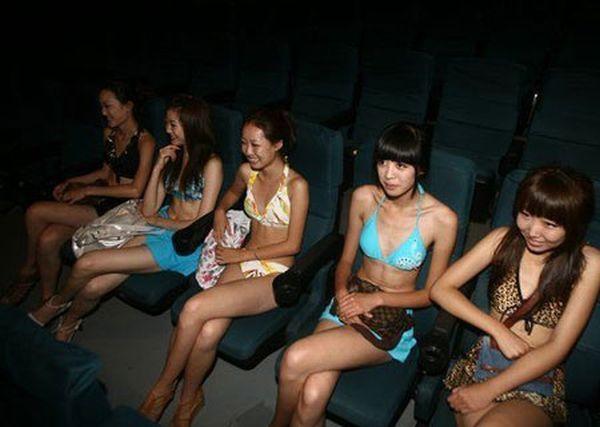 Девушки в бикини в китайском кинотеатре (4 фото)