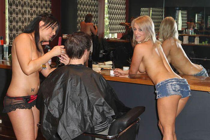 Топлесс-парикмахерская в  Австралии (4 фото)