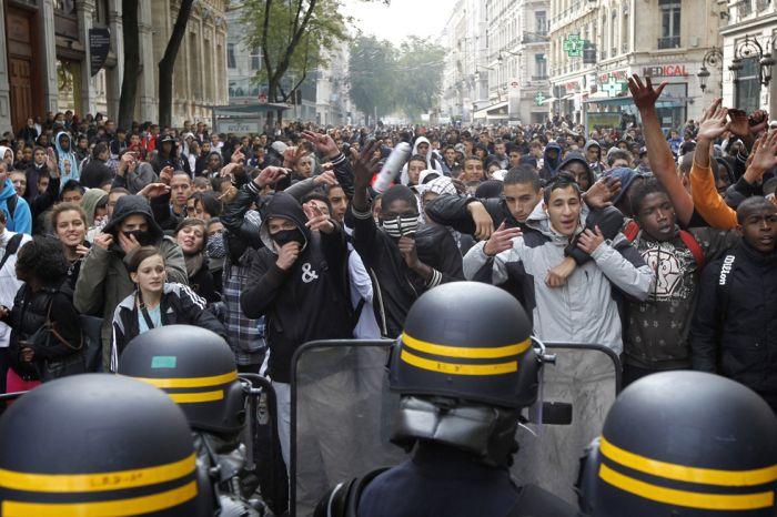 Во Франции продолжаются беспорядки (30 фото)