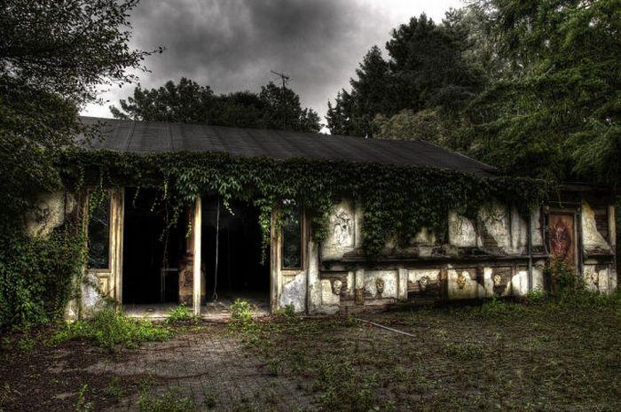 Заброшенный ресторан в Бельгии (51 фото)