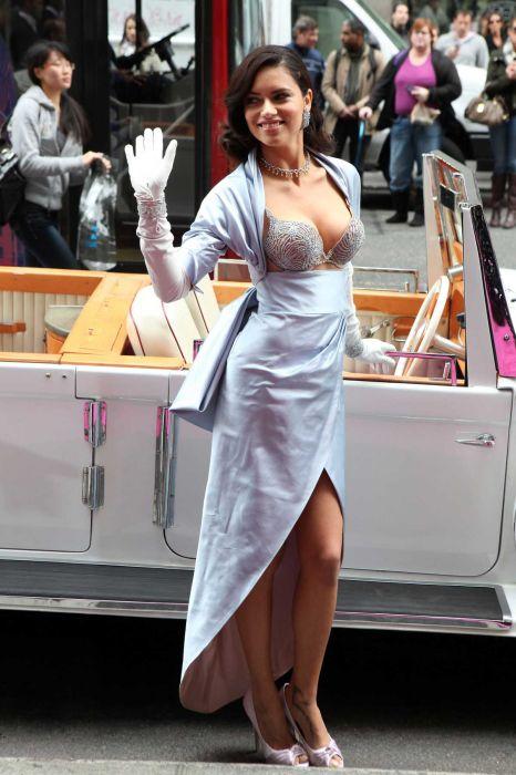 Модель Адриана Лима в бюстгальтере за 2 миллиона долларов (9 фото)