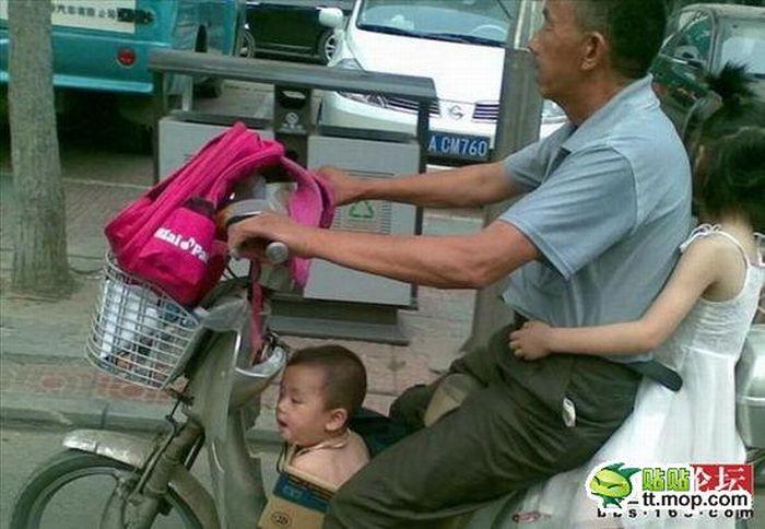 Отвозит детей в школу (4 фото)