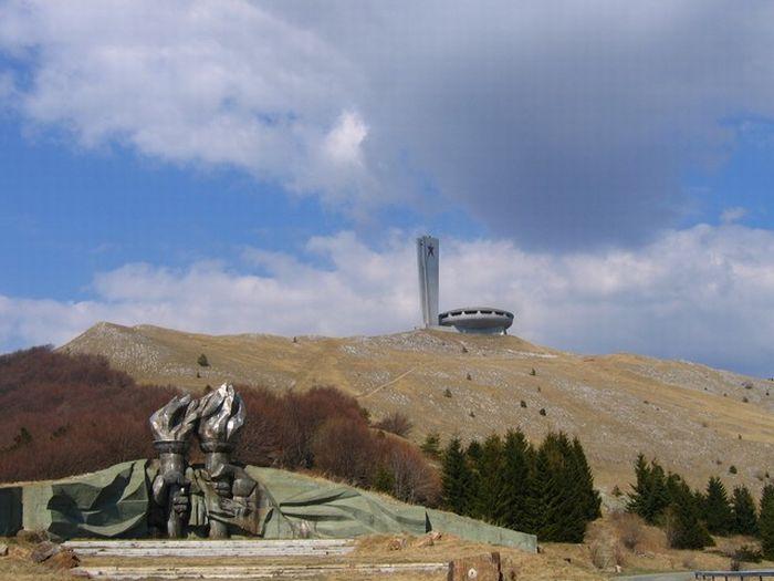 Заброшенный монумент в Болгарии (7 фото)