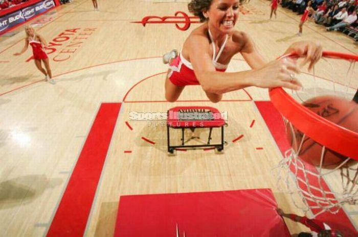 Девушки кладут мячи в корзину (30 фото)