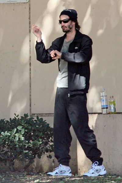 Киану Ривз занимается йогой у парковки (9 фото)