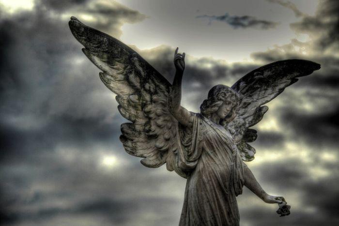 Красивые скульптуры на кладбищах (20 фото)