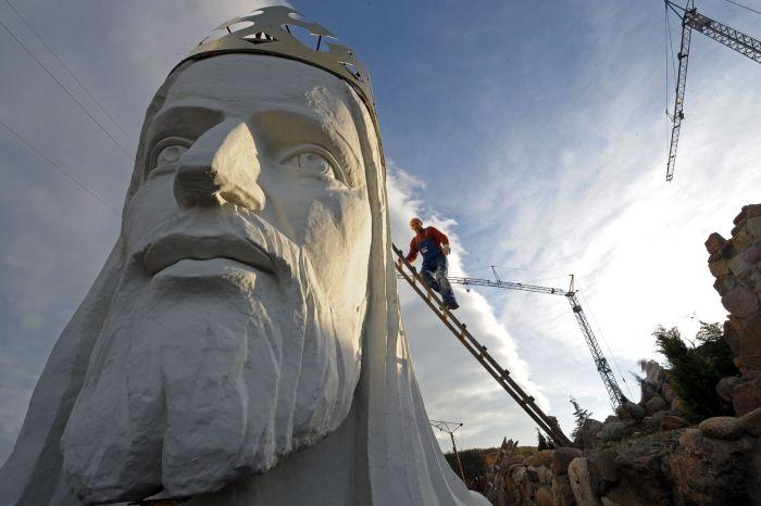 Огромная статуя Иисуса в Польше (12 фото)