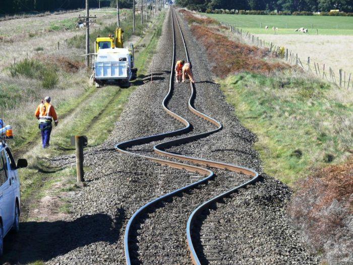 Уникальная деформация железнодорожных путей (3 фото)