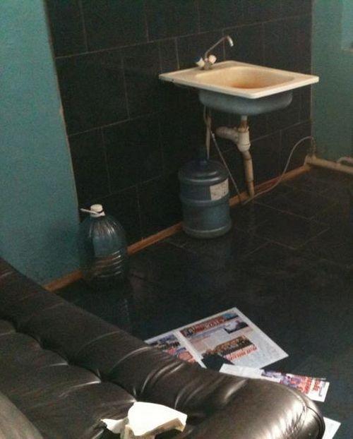 Комната отдыха в ГАИ (2 фото)