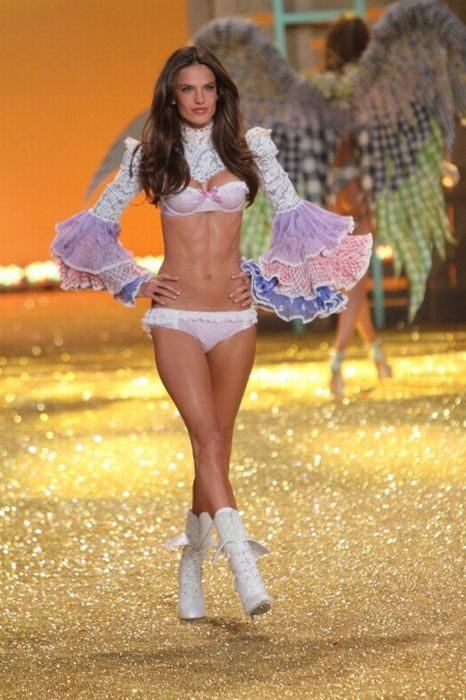 Victoria's Secret Fashion Show 2010 (62 фото)