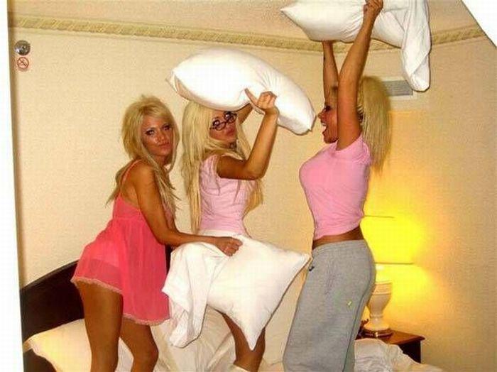 Симпатичные девушки дерутся подушками (23 фото)