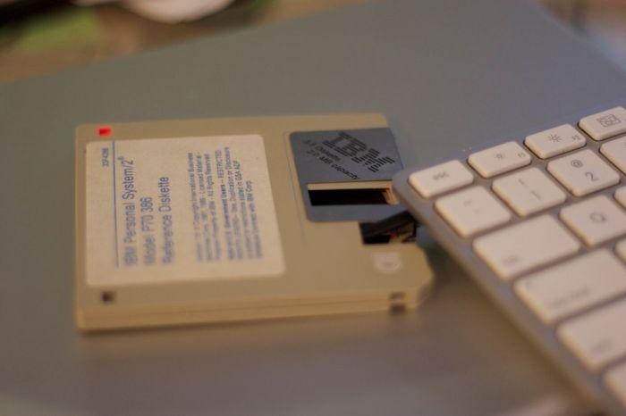 USB-накопитель в виде дискеты (7 фото)