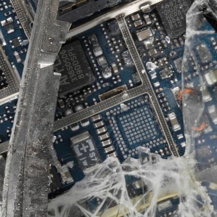 Уничтоженные гаджеты Apple (19 фото)