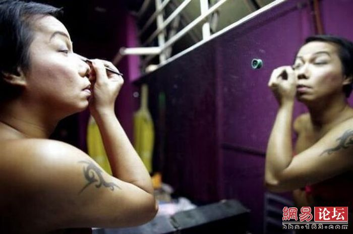 Повседневная жизнь тайского трансвестита (20 фото)